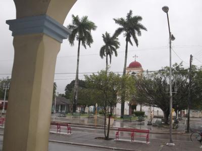 20170817160504-plaza-central-de-cifuentes-antesala-de-la-iglesia-donde-oficio-el-dobal-insustituible-personalidad-del-clero-separatista-cubano-contra-la-dominacion-espanola.-foto-del-autor-..jpg